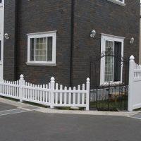 サッシ・玄関まわりのホワイト色と樹脂製フェンスのテイストがマッチしています