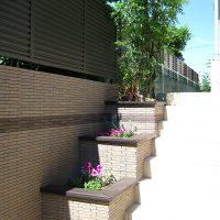 階段部分には段差を利用した花壇を設置