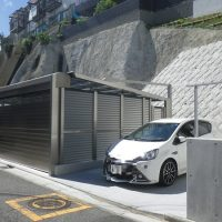 内側にはカーポート、側面にはフェンス+扉を設置してオリジナルガレージの完成です。