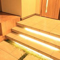 階段には足元を照らすラインライトを設置して安全性にも配慮しました。