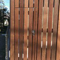 目隠しフェンスの端には施錠機能付きのくぐり戸も設置