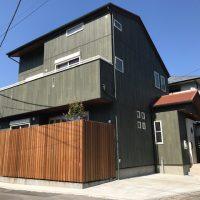 屋根・外壁・軒天の色と植栽・・・ウッドフェンスが建物を引立て、特に全体の色調のバランスをお気に召して頂きました!