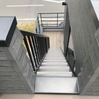 2Fバルコニー内のスペース確保や上り下りも考慮し、階段幅は600mmに設定しました。