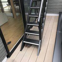 2Fバルコニー内には人工木デッキを設置する事で段差を解消し、リビングからの階段への上り下りもし易くなっています。