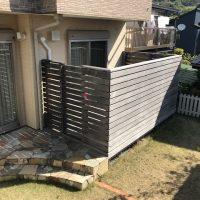 施工前① リビング前のウッドデッキ上の横桟目隠しフェンスが視界を遮り、せっかくの広いお庭を有効活用出来ていませんでした