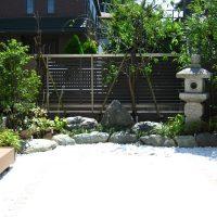 石灯篭が存在感がお庭を引き締めます。
